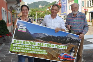 Mit dem Grünen 365-Euro-Jahresticket soll man um nur einen Euro pro Tag im ganzen Bundesland öffentlich unterwegs sein können (v.l. Johanna Tentschert, KO  LAbg,Lambert Schönleitner sowie Johann Marinsek)
