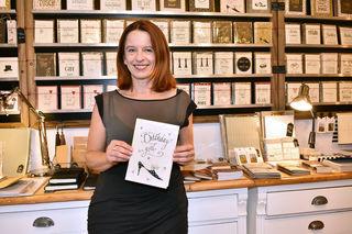 Sonja Völker designt den Großteil der Karten, die es bei ihr im Geschäft gibt, gemeinsam mit ihrem Kalligrafen.