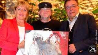 Simone & Dr. Alois Schranz (Mitglied, Unterstützer, Sponsor) begeistert vom ersteigerten Kunstwerk von Daniela Pfeifer.