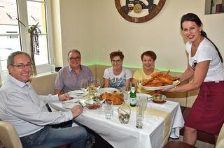 Nicht nur am Backhendl-Dienstag schätzen die Gäste von Margit Seidl (rechts) die regionalen Produkte ihrer Küche.