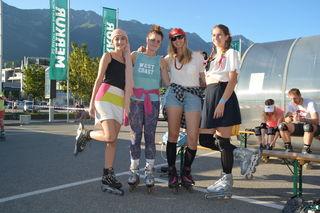 Marie, Julia, Viktoria und Clara ließen die 90er Jahre mit ihren Outfits wieder aufleben
