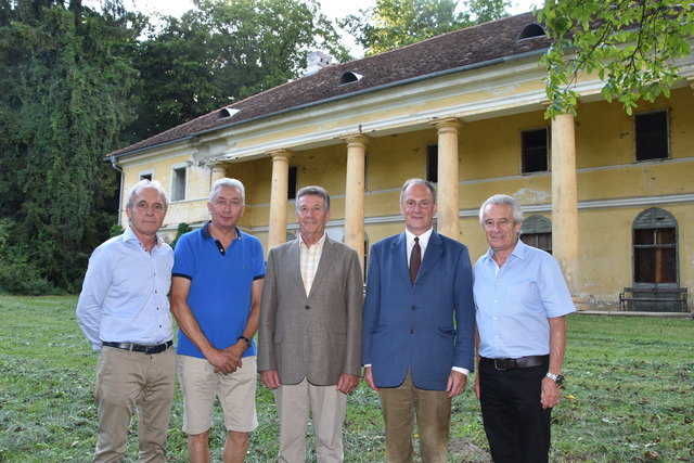 Der neue Besitzer Sigurd Hochfellner (2. von rechts) hat das denkmalgeschützte Gebäude vom Vorstand des Kastellvereins gekauft.