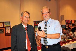 Bgm. Werner Kirchsteiger (links) zeichnete Horst Bauer mit dem Ehrenring der Gemeinde Hausmannstätten aus.