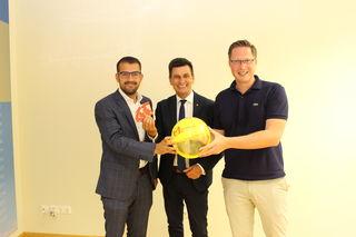 """Kilian Brandstätter (links) übergibt den """"Discobus-Ball"""" an Thomas Hoffmann (rechts), der Präs. des Vereins, Christian Illedits, gratuliert."""