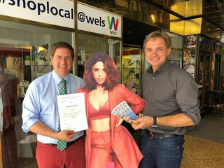 Bürgermeister Andreas Rabl und Stadtmarketing-Direktor Peter Jungreithmair versüßen Welser Maturanten den Ferienbeginn mit einem Gratis-Ticket.