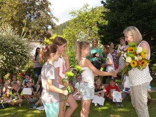 Jedes der Kinder überreichte an Theresia Hofer einen blumigen Abschiedsgruß in die Pension.