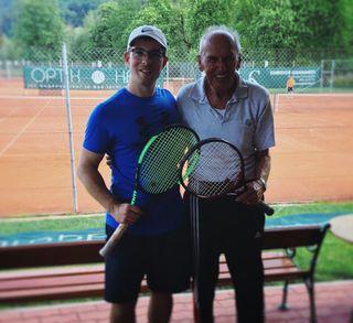 Magere 50 Jahre liegen zwischen BRS-Redakteur Philipp Gratzer und Ignaz Bründl. Der knapp 90-jährige liebt den Tennissport.