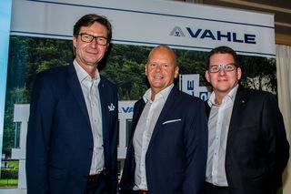 """Achim Dries (GF """"Vahle""""), Alfred della Torre (GF """"Vahle Automation"""") und Stefan Potocnik (Betriebsleiter """"Vahle Automation"""") sind stolz auf die neue Demo-Fabrik in Schwoich."""