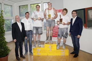 LIM Anton Rieder (r.), Stephan Holzer (Ausbildungsleiter BAUAkademie, 2.v.l.) und BAUAkademie-Obmann Peter Huter (l.) gratulierten Sieger Daniel Indrist, Johannes Harlander (2. Platz) und Sandro Hackl (3. Platz).