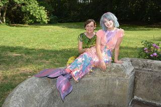 Nina Blum mit ihrer Meerjungfrau Glenna Weber