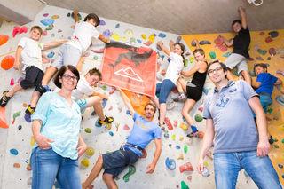 Wenn der Nachwuchs nicht in den Seilen hängt: B. Russold (r.) und seine Anfängergruppe haben beim Bouldern Spaß.