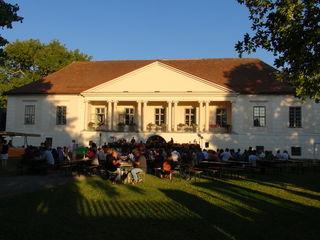 Im stimmungsvollen Schlosshof des Retzhofes musizierte die Marktmusik Wagna beim Sommernachtskonzert.