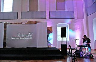 """Der MultiMedia-Performer und Multiinstrumentalist Harry Triendl präsentierte im Juni im Rahmen des """"camerata europaea Festival of Culture 2018"""" im Vierundeinzig in Innsbruck sein neuestes Werk."""