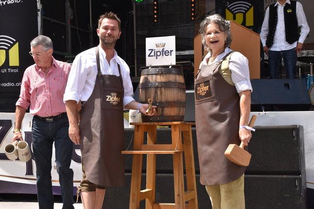 Der traditionelle Bieranstich mit Vize-Bgm Mario Wiechenthaler und Bgm Hedi Wechner erfolgte auch heuer bei der Volksmusikbühne.