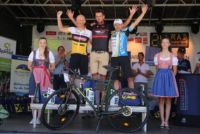 Die Sieger der 24-Stunden-Kategorie Einzelfahrer männlich: Michael Hölzl (m.) holte nicht nur den ersten Platz sondern stellte einen neuen Rekord auf.