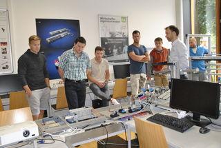 Markus Erlenbach (2.v.r.) zeigte einige technische Digitalisierungsmöglichkeiten im Labor der FH Kufstein auf.