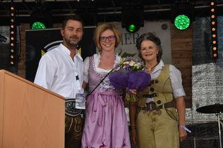 Vize-Bgm Mario Wiechenthaler und Bgm Hedi Wechner gratulierten Sarah Peherstorfer (Mitte) zum zehnjährigen Jubiläum in der Organisation der Stadtfestes.