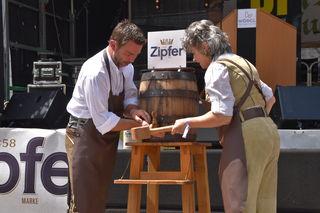 Mit dem Bieranstich um 14 Uhr eröffneten Vize-Bgm Mario Wiechentaler und Bgm Hedi Wechner das 36. Stadtfest.