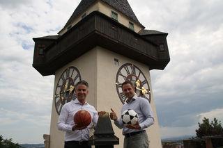 Sportjahr 2021 unterm Uhrturm: Kurt Hohensinner (ÖVP) und Armin Sippel (FPÖ) mit Zug zum Tor.