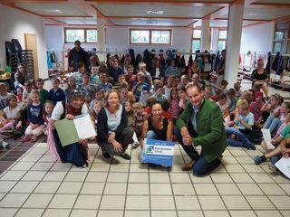 Vorne v. li.: Direktorin Margit Herzog, Ulrike Singer (Klimabündnis OÖ), Michaela Brandstetter, Bürgermeister Norbert Vögerl,