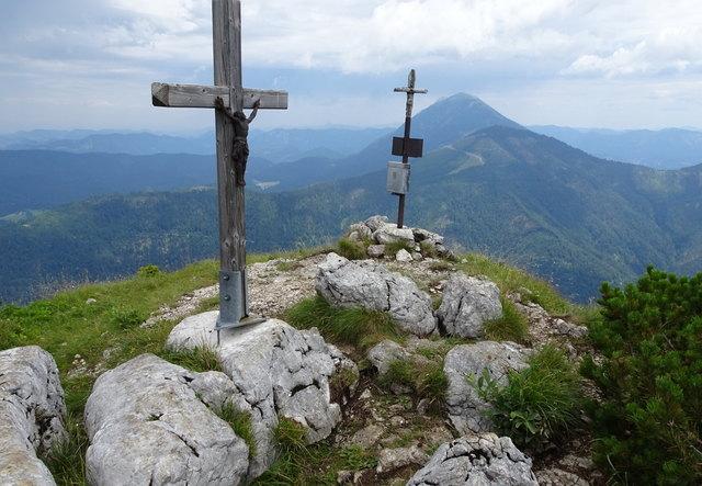 """Das alte und neue Gipfelkreuz auf der """"Scheibe"""", dahinter der Ötscher"""
