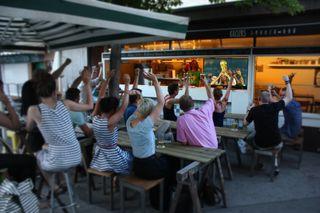 Euphorisch: Sind Gäste auch nach der Sperrstunde am Kaiser-Josef-Platz, drohen den Gastronomen Strafen der Bau- und Anlagenbehörde.