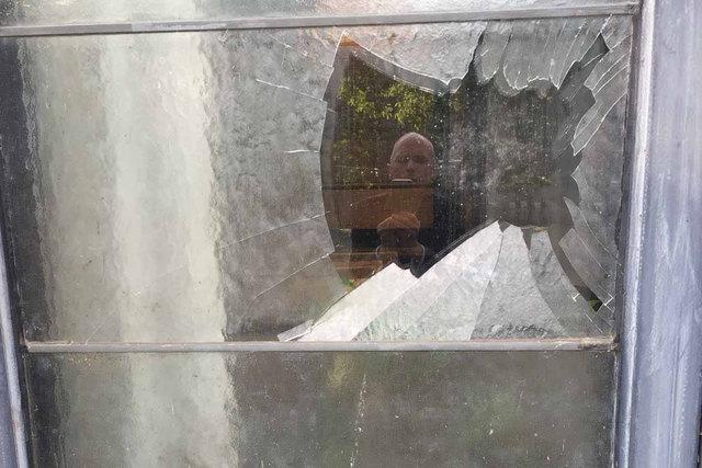 So sehen die eingeschossenen Fensterscheiben aus. Insgesamt wurden 16 davon zerstört.