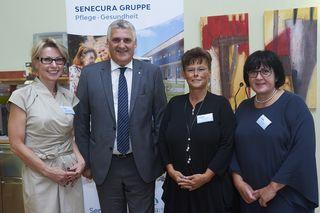 Das SeneCura-Personal gemeinsam mit Bgm. Gerold Stagl bei der Jubiläumsfeier