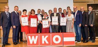 Die Gastrojubilare und -Neukonzessionäre aus dem Bezirk Vöcklabruck mit ihren Gratulanten.