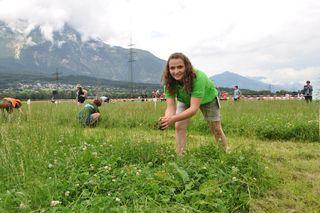 Maria Kössler (Landjugend Zederhaus) beim Vorbereiten ihrer 35 Quadratmeter großen Mähparzelle.