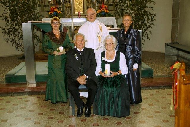 Die Diamantene Hochzeit feierten Edith und Josef Ferchhumer. Mit am Foto hinten v.l.n.r. Elfriede Thurner, Pfarrer Mag. Josef Etzlstorfer sowie Goldhaubenobfrau Sieglinde Eisenhuber