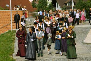 Beim Auszug aus der Kirche auf den Weg in das Pfarrheim
