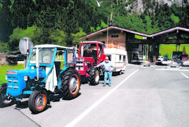 Alois Christl (im Bild) und Rudolf Rennmayr fuhren auf ihren Oldtimer-Traktoren in neun Tagen rund um Österreich.