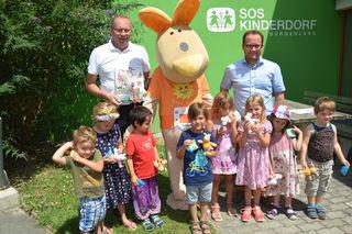 Große Freude im SOS-Kinderdorf über 1.000 Euro und die Geschenke der Sonnentherme Lutzmannsburg.