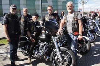 Harley-Fahrer: Hermann Wimmer, Kurt Jedinger, Vorstand Rolf Karolyi, Helmut Strasser und Ferry Mutschlechner.