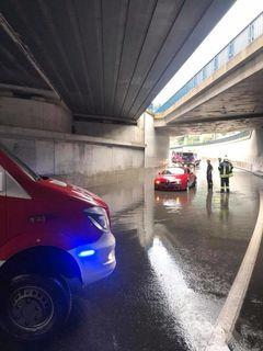 Der Kreisverkehr stand binnen Minuten unter Wasser.