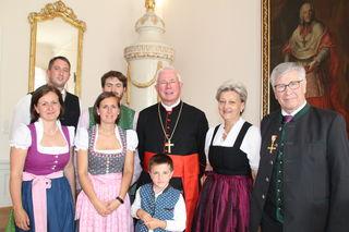 Der Rückhalt durch die Familie, insbesondere durch Gattin Hildegard, habe ihm seinen Einsatz für Kirche und Gesellschaft erst möglich gemacht, unterstrich Altbürgermeister Eder (re.) in seinen Dankesworten nach der Auszeichnung durch Erzbischof Lackner (Mi.).