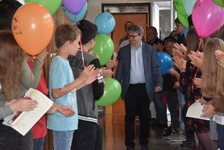 Direktor Hannes Grufeneder wurde von den Schülern verabschiedet