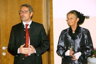 Bürgermeister Harald Grubmair und Goldhaubenobfrau Sieglinde Eisenhuber