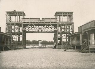 Die Brücke im Strombad Kritzendorf bei ihrer Errichtung 1928, damals erhielt der Kassabereich mit dem Rondeau sein heutiges Erscheinungsbild.