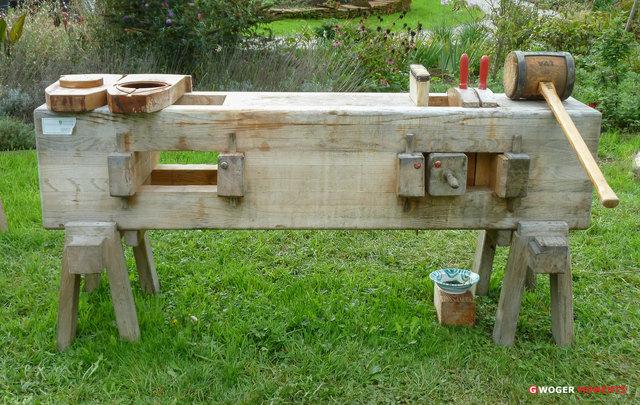 """Die """"Ölkuh"""" Das ist ein massiver Holzstamm mit einer Ausnehmung, die durch das Aufeinanderpressen zweier Holzeinsätze den Ölkuchen auspressen"""