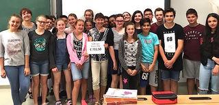 Die SchülerInnen übergaben Geld an Uschi Krabichler.