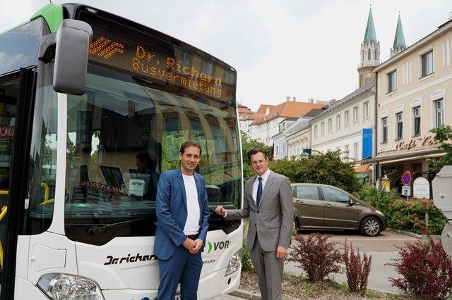Verkehrsstadtrat Johannes Kehrer, Bürgermeister Stefan Schmuckenschlager vor dem Gelenkbus am Niedermarkt