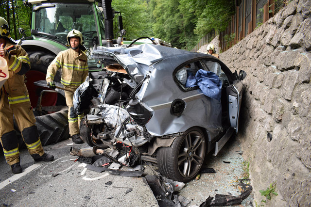 Der Pkw, in dem die beiden Jugendlichen fuhren, wurde beim Unfall komplett zerstört, die Burschen schwer verletzt.