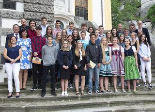 Kufsteins erfolgreichste Mittelschüler mit Bürgermeistern, Lehrpersonen, Bildungs- und Jugendreferentinnen.