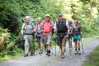 Landesrat Josef Schwaiger (vorne Mitte) ist mit der Pilgergruppe von Filzmoos bis Tamsweg unterwegs – lins im Bild: Erich Thell, Initiator des Pilgerweges.
