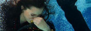 Eine gefühlte Ewigkeit lang wird Carmen von Don José auf der Bregenzer Seebühne unter Wasser gedrückt, bis sich nach wildem, vergebenem Um-sich-Schlagen ihr Schicksal besiegelt. Carmen stirbt den Ertrinkungstod. Rund 7.000 Festspielbesucher sind Abend für Abend Zeugen und fragen sich: Wie machen die das? Hingehen und zuschauen.