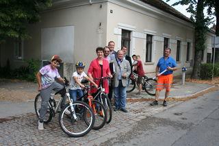Anni Steindl, Straßenmeister STR Josef Siebenhandl samt Mitarbeiter begutachten gemeinsam mit jungen Radfahrern die Kreuzungssituation Ecke Obersdorfer Straße/Bahnallee.