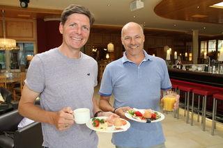 """Zusammen mit Oliver Glasner (links) vertreibt Erfinder Michael Daxl seine Eierbecher mit Klippfunktion unter dem Namen """"eggspress""""."""