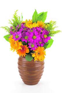 Ein symbolischer Blumenstrauß geht als Dank der Familien Kronreif und Emberger an das Seniorenheim St. Johann.
